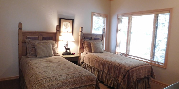 Twin bedroom at StoneRidge Townhomes